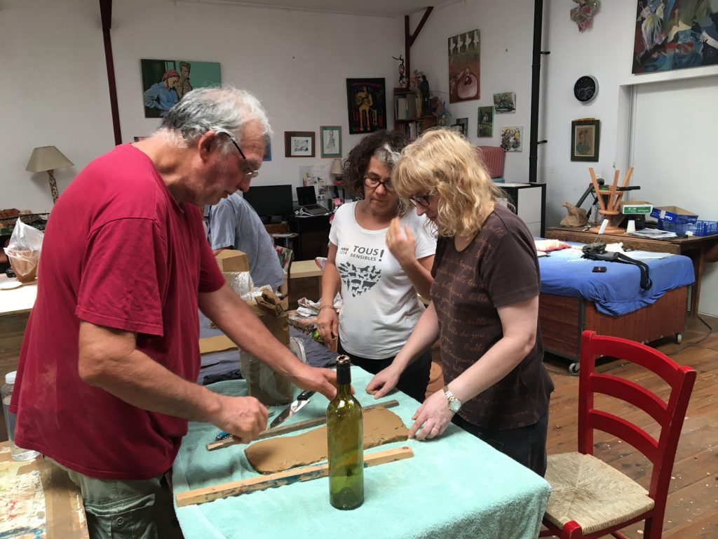 Pierre Grau en pleine transmission de son savoir auprès de Carole et Isa.